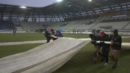 Avant GF38 – Concarneau : la pelouse du Stade des Alpes bâchée