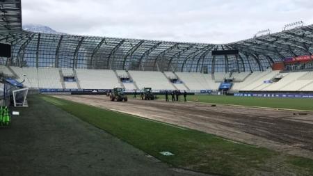 La pelouse du Stade des Alpes fait (en partie) peau neuve