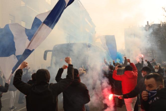 Les supporters du GF38 accueillent le bus des joueurs avant la réception d'Auxerre