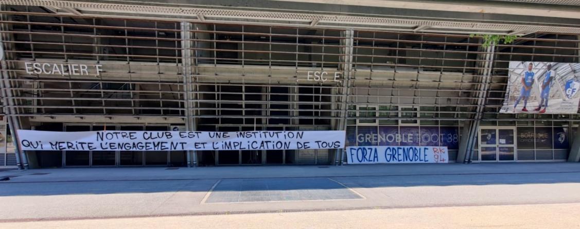Les supporters affichent une banderole au Stade des Alpes
